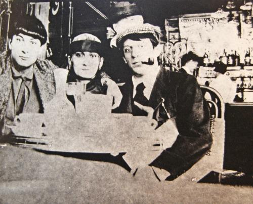 Pablo-picasso-moise-kisling-paquerette-cafe-la-rotonde-paris-1916